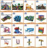 Jogos internos do campo de jogos das crianças macias do parque temático