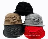 Chapeau tricoté de seau de laines de robe d'église de femmes de fleur