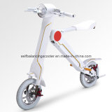 Un motorino elettrico classico delle due rotelle di quattro colori
