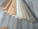 Dos/colle secs commerciaux du plancher des carrelages de vinyle de PVC/PVC/PVC vers le bas