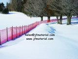 雪のガードフェンスを囲う雪の塀の雪