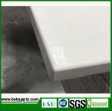 Branco contínuo com a pedra artificial de quartzo das grões finas