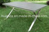 Mesa de madeira polida com 6 cadeiras para jantar fora