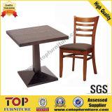 Tabelas e cadeiras simples do restaurante da forma forte