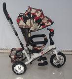 Baby-Regenschirm-Spaziergänger scherzt Dreirad mit von Hand eindrücken