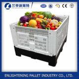 Grandes frutas que dobram caixas plásticas da pálete para a venda