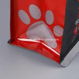 يتقدّم [بت فوود] بلاستيكيّة يعبّئ حقيبة مع سحاب