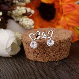 La farfalla dell'argento sterlina di modo 925 delle donne bacia gli orecchini a cristallo