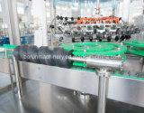 びん詰めにする機械を満たす清涼飲料