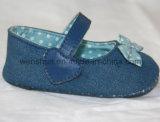봄에 있는 간단한 아기 신발