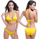 Die reizvollen Frauen drücken Dreieck-Bikini-Badeanzug-Weiß hoch