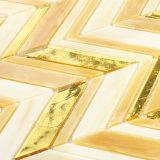 O banheiro italiano da cozinha do projeto mura o mosaico do vidro manchado das telhas do ouro