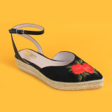 Les fleurs des femmes ont brodé les santals fermés d'espadrilles de plate-forme de noir de tep