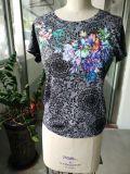 여름 꽃은 수를 놓은 매력적인 여자의 t-셔츠를 인쇄했다