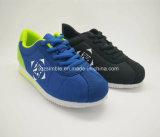 通気性の網の履物は子供のための靴を遊ばす