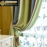 As cortinas modernas feitas sob encomenda das cortinas da sala de visitas e drapejam