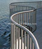 Pasamano de la escalera con el tubo redondo del acero inoxidable