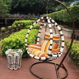 円形の藤(J809)が付いている現代余暇の柳細工のテラスの家具のハングの椅子