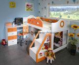 Кровать просторной квартиры с столом шарнирного соединения комода