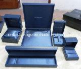 Schwarzer Plastikschmucksache-Kasten mit Leatherette-Papier