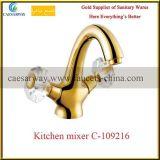 Robinet sanitaire de cuisine d'articles de traitement en travers d'or
