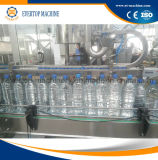 Выпивая машина минеральной чисто воды заполняя покрывая
