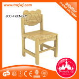 Cadeira de madeira do bebê do padrão europeu usada denominando a cadeira para o repouso