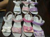 Красивейшая славная смотря конкурсная сандалия девушки