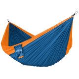 Einzelne kampierende im Freienschlafenhängematte