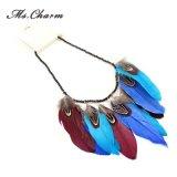 多彩の羽のネックレスのペンダントの黒いビードのチョークバルブのネックレス