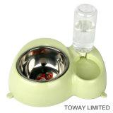Fontana bevente di plastica dell'animale domestico con le ciotole dell'acqua del cane