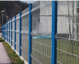 深緑色の粉の上塗を施してある金網の塀