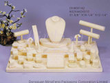 Étalage de luxe en bois et de tissu pour des jeux de bijou