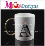 De Oppervlakte van het Handvat van Aureate met Mokken van een van de Brief de Ceramische Koffie