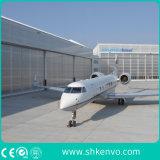 Flugzeug, das Hangar-Türen schiebt