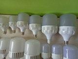 O diodo emissor de luz do bulbo 40W do diodo emissor de luz E27 ilumina a lâmpada