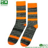 Las rayas anaranjadas hicieron punto calcetines de los hombres