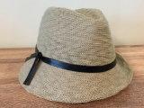 バンドが付いている方法によって編まれる夏の帽子
