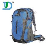キャンプしている防水女性の屋外の登山者は旅行をハイキングして55LをBackpacks