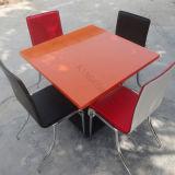 Quatro tabelas de jantar do restaurante de Seaters com cadeiras