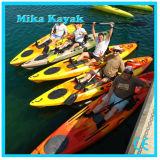 Профессионал сидит на верхнем кане пластмассы рыбацких лодок Kayak