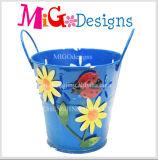 De blauwe Planter van de Tuin van het Metaal met Mooi Bloem en Handvat
