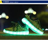 熱い様式のYeezyのブートのLace-up Flyknit USBの料金の点滅の子供LEDの靴