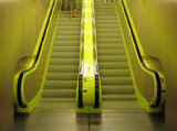 Escalera mecánica usada pasajeros centro comercial pública con alta tecnología