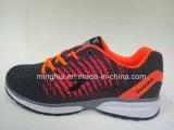 中国の工場スポーツは運動靴のスニーカーの履物に蹄鉄を打つ