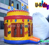 Rimbalzo di salto gonfiabile della torta di compleanno per il partito