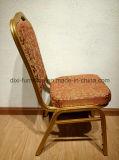 Goldener Rahmen-Stahlbankett sitzt stapelbaren Kirche-Stühlen vor