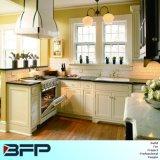 白い小型台所純木の食器棚