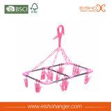 El artículo de gama alta pega los clips plásticos rosados de la percha del uso