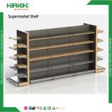 Estanterías de la góndola del supermercado con el estante de madera